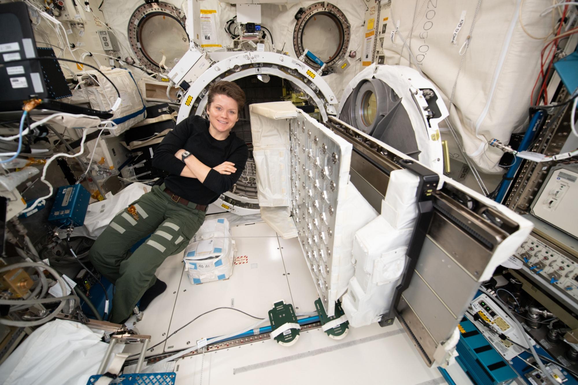 ISS-58_Anne_McClain_works_inside_the_Kibo_lab_(2)