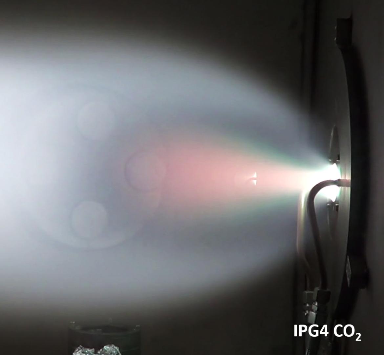 Blauer Plasmastrahl des induktiven Plasmagenerators IPG4 bei Betrieb mit CO2