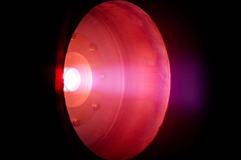 Zu sehen ist ein runder Antrieb in rötlichem Licht