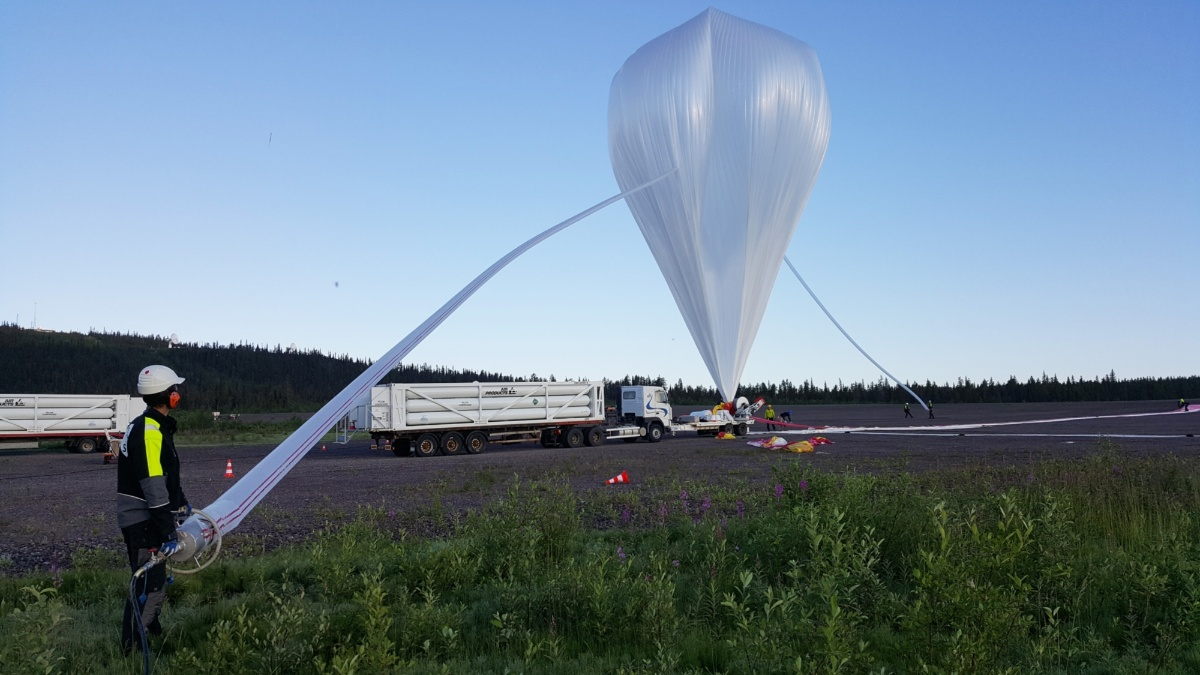 A helium balloon of the Swedish project partner Swedish Space Corporation (SSC) being filled with helium shortly before launch in Kiruna, northern Sweden (c) SSC