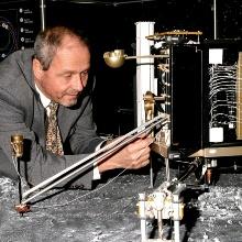 Prof. Dr. Berndt Feuerbacher und ein Modell des Rosetta-Landegeräts Philae