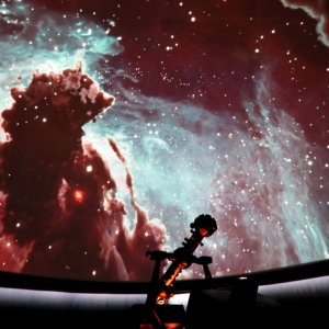 Flug durch ein Sternentstehungsgebiet im Adlernebel während der Planetariumsshow